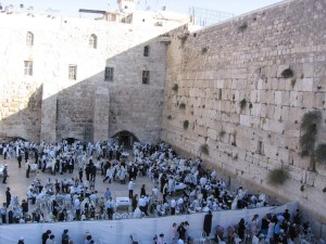 Women Read from a Sefer Torah at the Kosel for a First Time