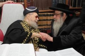 VIDEO: Sanz-Klausenberg Rebbe Shlita Visits Rav Ovadia Shlita