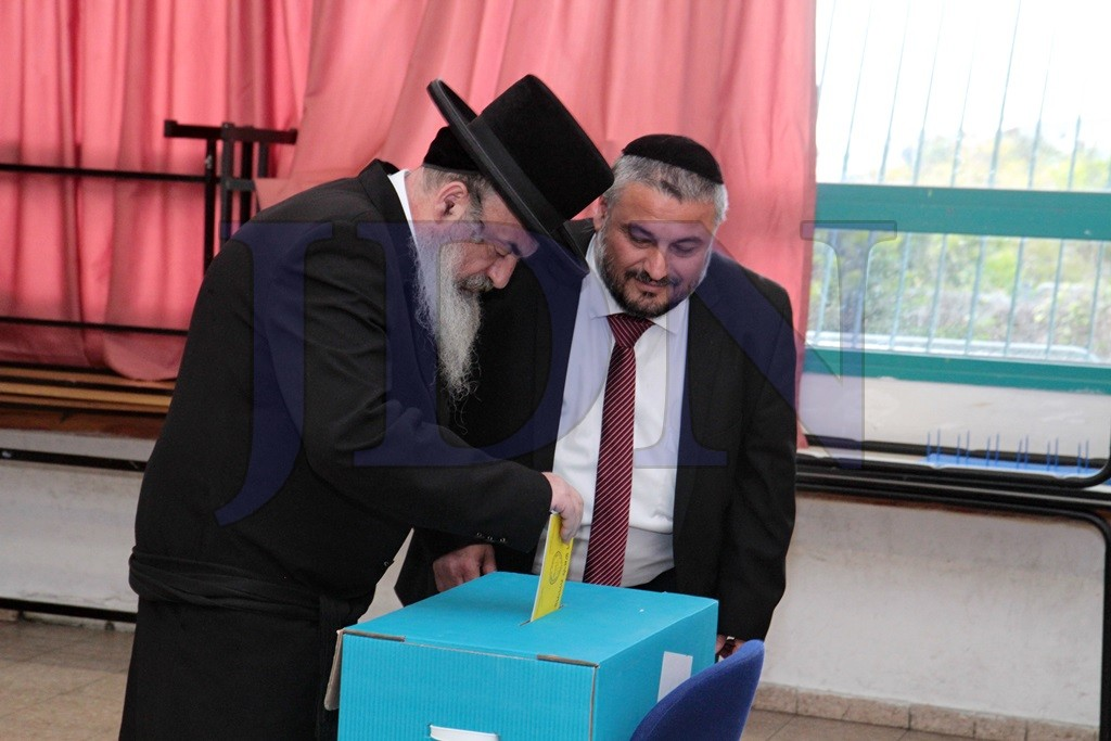 Lelov Rebbe Votes in Beit Shemesh for the First Time in his Life