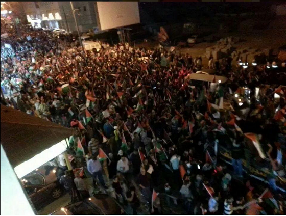 Breaking Photos: Thousands of Palestinians Protesting Now from Ramallah Towards Jerusalem