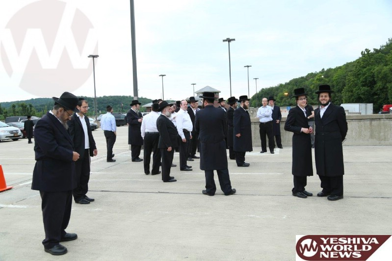 PHOTOS: Yidden Davening Mincha Area At The 'Tefilas Mordchai' Mincha Area On The Way To The Catskills (Photos By Heshy Rubinstein - JDN)