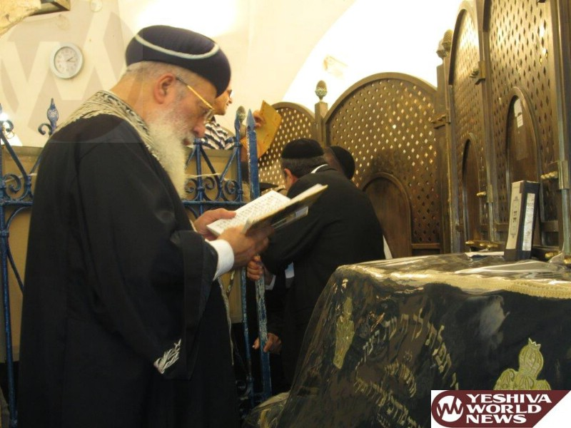 PHOTOS: Rav Amar Is Mispallel at the Tziyun of the Rashbi Ahead of Election