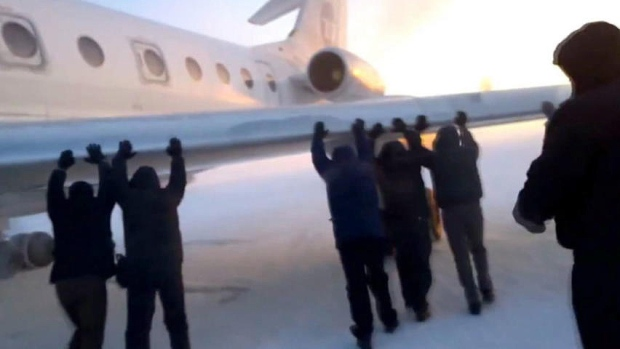 VIDEO - ONLY IN RUSSIA: Passengers Give Passenger Jet A Push To The Runway