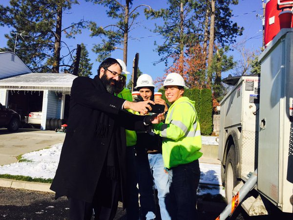 KIDDUSH HASHEM: Amid Blackout, Chabad Rabbi Delivers Coffee to Power Workers