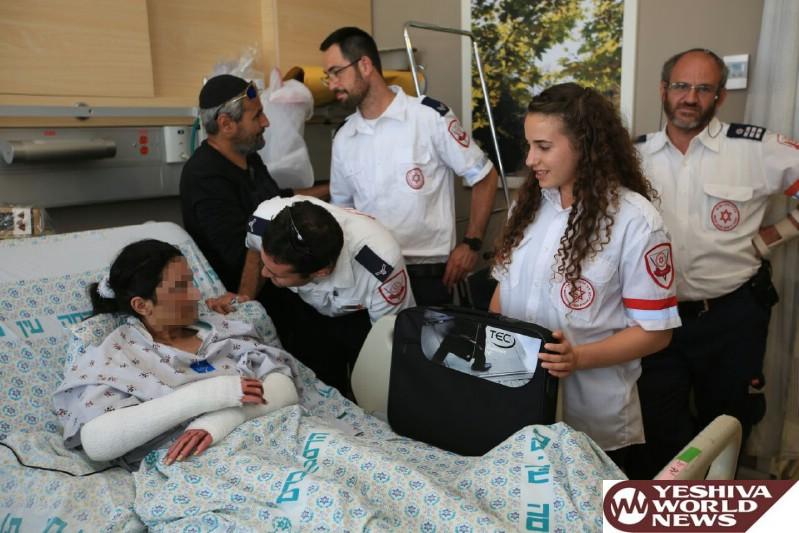 צוות מדא שטיפל ופינה את עדן מהפיגוע בירושלים לבית חולים מעניק לה מחשב - צילום דוברות מדא 25.5.16 (4)