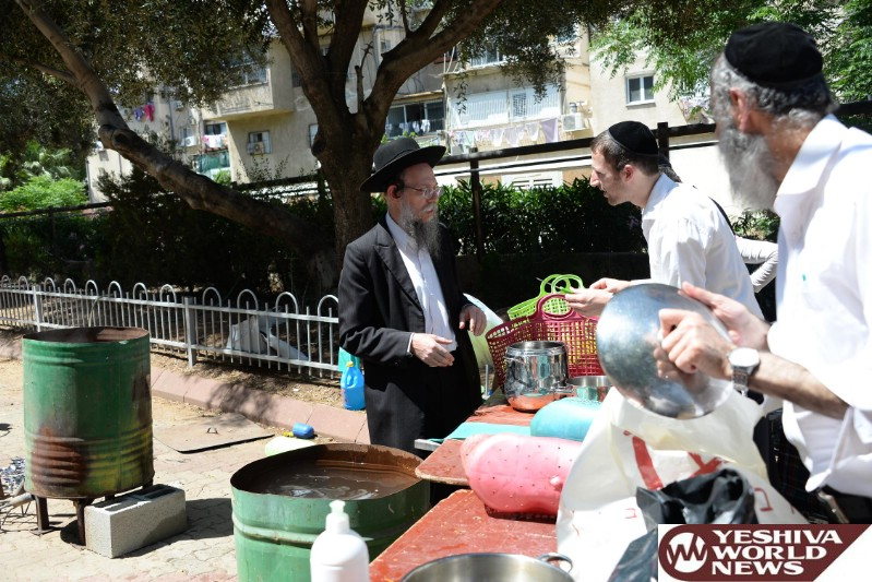 Photo Gallery: Yidden In Bnei Brak Getting Ready For Pesach 5776 (Photos by JDN)