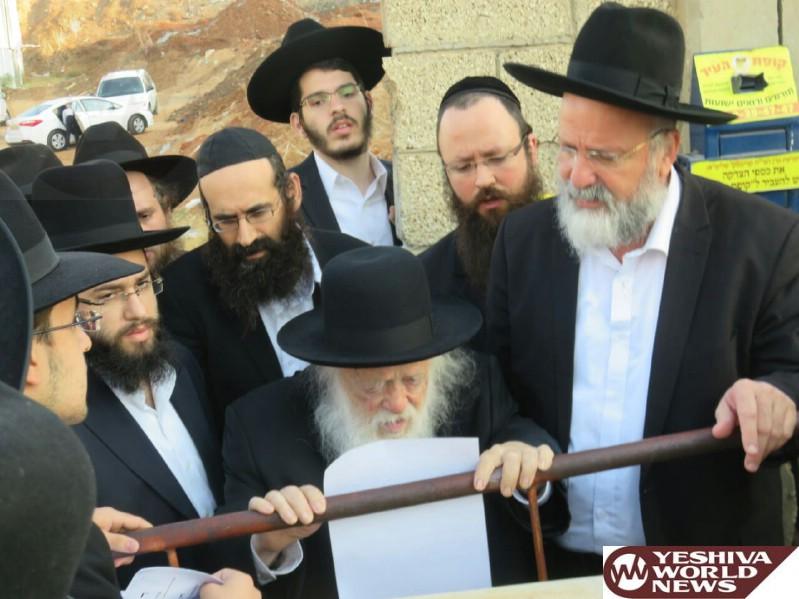 VIDEO/PHOTOS: HaRav Chaim Kanievsky Visits The Rebitzen's Kever For Her Fifth Yahrzeit
