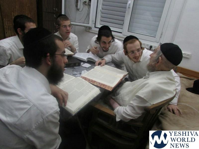 PHOTOS: Maran Hagaon HaRav Aharon Leib Shteinman Learning With His Grandchildren On Wednesday Afternoon