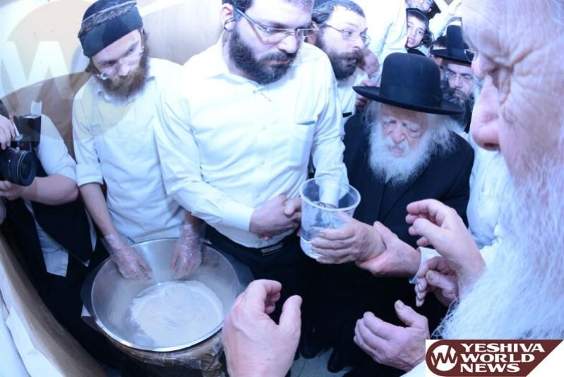 Photo Essay: Hagaon Harav Chaim Kanievsky Baking Matzos (Photos by JDN)