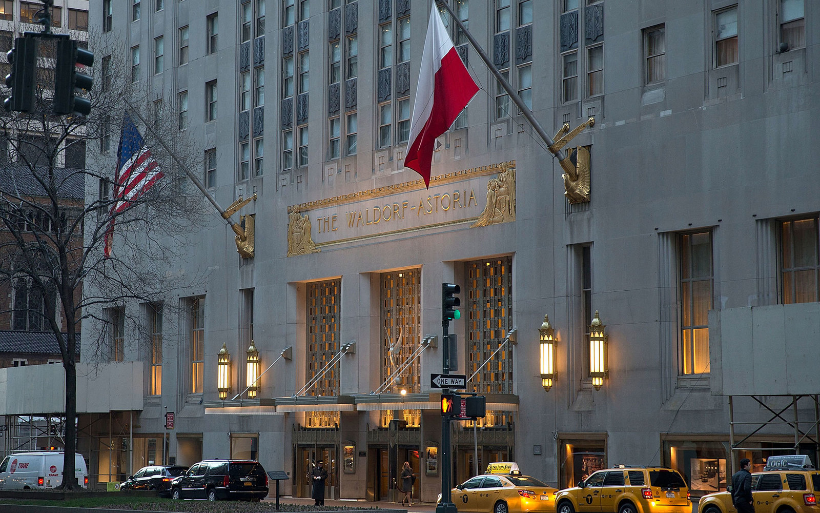 new york city s waldorf astoria closing for major makeover. Black Bedroom Furniture Sets. Home Design Ideas