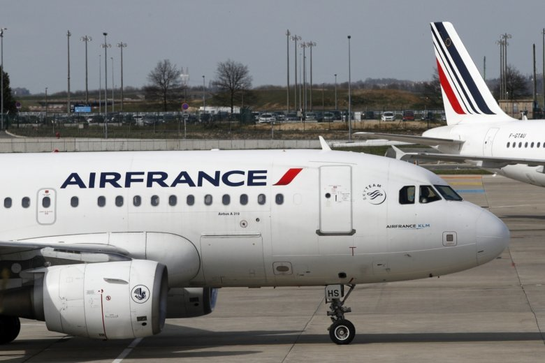 Air france strike sees 30 percent of flights cancelled for Air france assistance chaise roulante